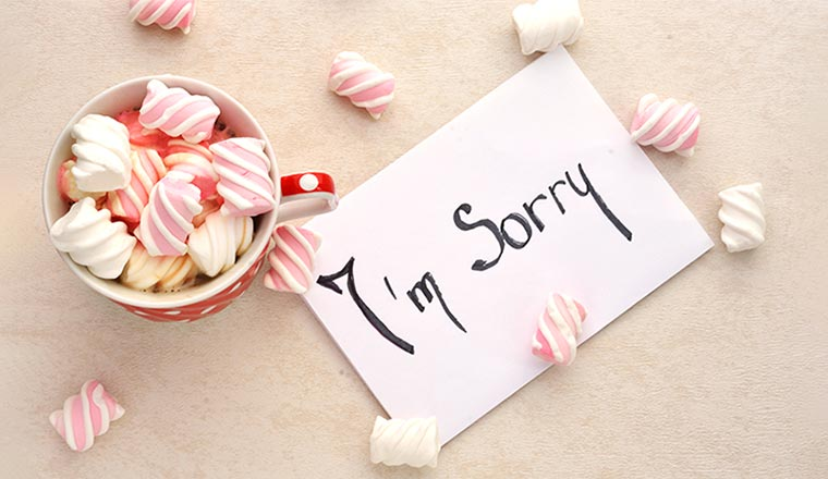 A note with I'm sorry, and marshmallows on a light