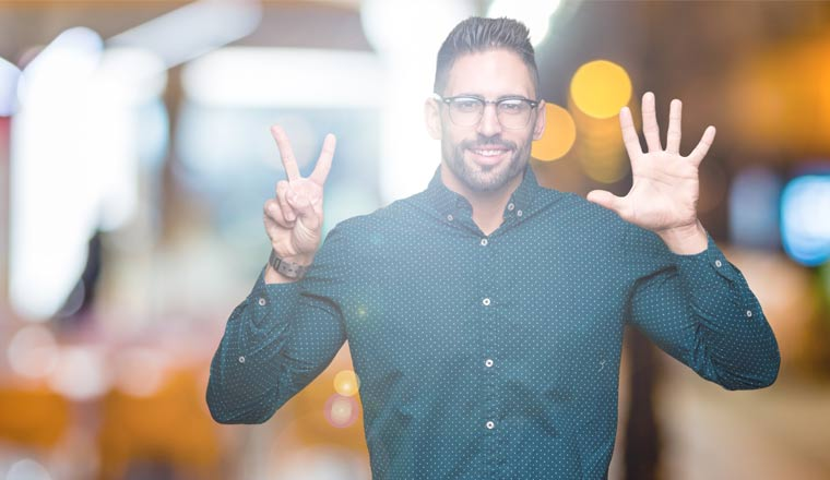A picture of an agent pointing up seven fingers